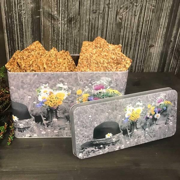 Bilde av Knekkebrødboks, blomster i sko, Pryd